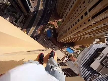 קפץ מבניין של 14 קומות - ונחת על אם