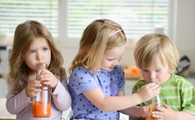 שלושה אחים שותים מיץ תפוזים (צילום: אימג'בנק / Thinkstock)