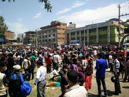 רבים יצאו מהבתים ונמלטו לרחוב. נפאל, הבו