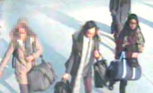 """נערות בריטיות נמלטות מדאע""""ש (צילום: משטרת לונדון)"""
