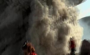 צפו בהתפרצות לעיני התיירים (צילום: רויטרס)