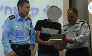 הסוכן הסמוי מקבל תעודה הוקרה (צילום: משטרת ישראל, דוברות מרחב שרון)