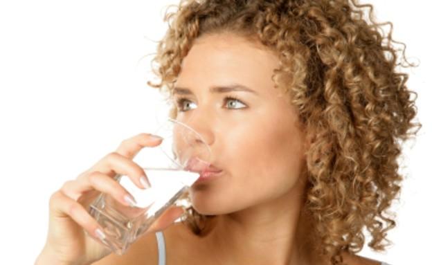 אישה שותה מים8 (צילום: studiovespa, Istock)