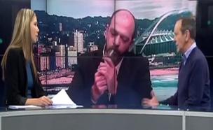 צפו: מרואיין הדליק ג'וינט בשידור (צילום: SABC news)