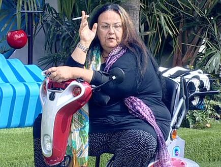 אריאנה בחצר  (צילום: מתוך האח הגדול VIP, שידורי קשת)
