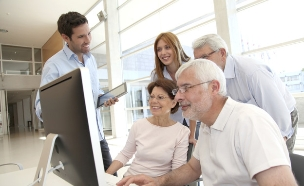 אנשים מבוגרים בעבודה (צילום: Goodluz, Thinkstock)