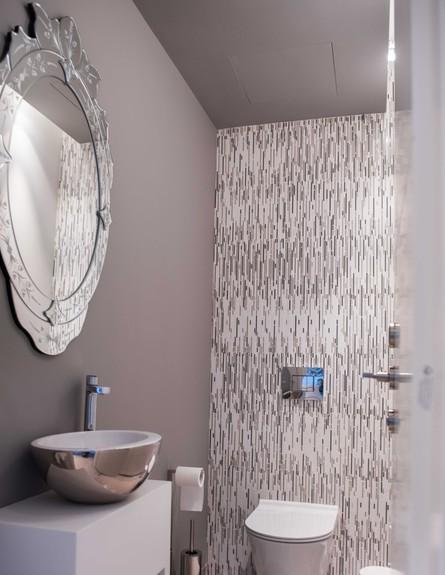 דירה במגדל דבליו 30, הקיר והתקרה נצבעו באפור כהה (צילום: גלעד רדט)