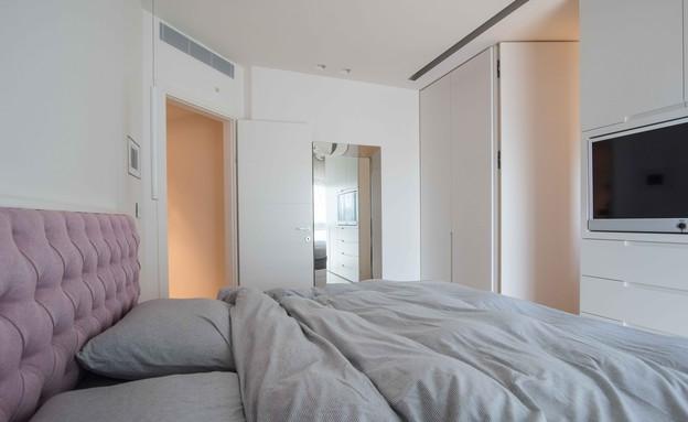 דירה במגדל דבליו, חדר שינה  הטלוויזיה מוקמה בארון (צילום: גלעד רדט)