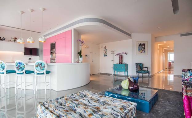 דירה במגדל דבליו, טקסטיל בהדפס פרפרים בכיסאות הבר (צילום: גלעד רדט)