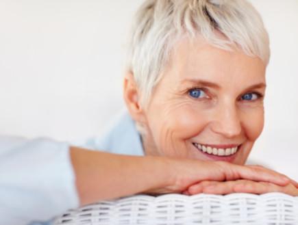 אישה מבוגרת שמחה