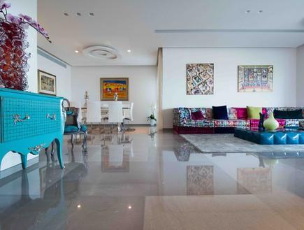 דירה במגדל דבליו 05, שידת ענתיק ומעליה אוסף קריסטלים
