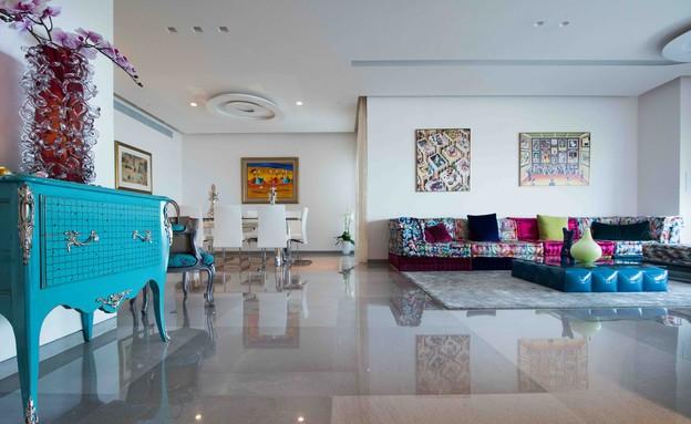 דירה במגדל דבליו 05, שידת ענתיק ומעליה אוסף קריסטלים (צילום: גלעד רדט)