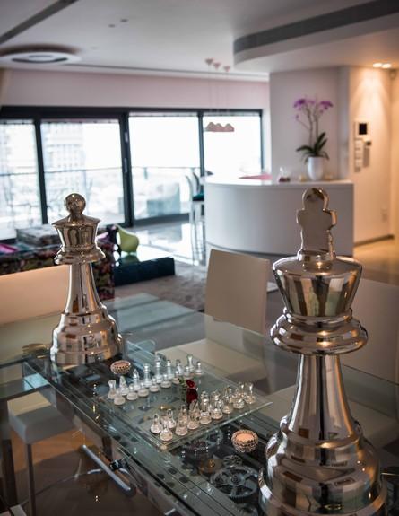 דירה במגדל דבליו 09, מנגנון הרחבת השולחן חשוף ומעליו משטח זכוכית (צילום: גלעד רדט)