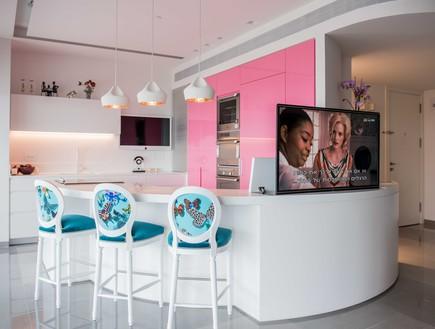 דירה במגדל דבליו 16, הטלוויזיה נשלפת מהדלפק