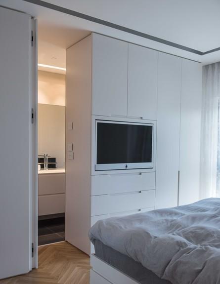 דירה במגדל דבליו 22, הארון מפריד בין חלל השינה לבין חדר הרחצה (צילום: גלעד רדט)