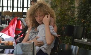 יוליה פלוטקין והתינוק (צילום: צ'ינו פפראצי)