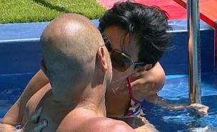 איציק זוהר ונטלי עטיה מתנשקים (צילום: מתוך האח הגדול VIP, שידורי קשת)