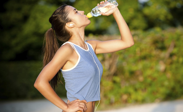 אישה שותה אחרי אימון (צילום: אימג'בנק / Thinkstock)