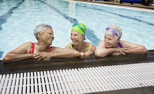 שלוש נשים זקנות בבריכה (צילום: Jupiterimages, thinkstock)