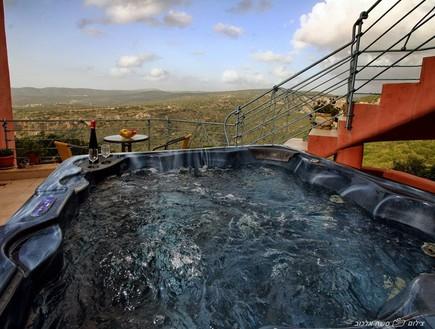 מאה הדברים הטובים בישראל - אזמרגד ג'קוזי במרפסת נוף