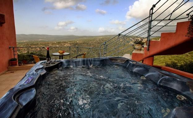 מאה הדברים הטובים בישראל - אזמרגד ג'קוזי במרפסת נוף  (צילום: סשה אלכוב)