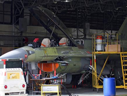פירוק מטוסים בבסיס חיל האוויר