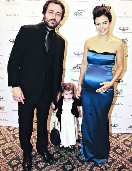 אגוסטינה צ'רי עם בן הזוג והילדה