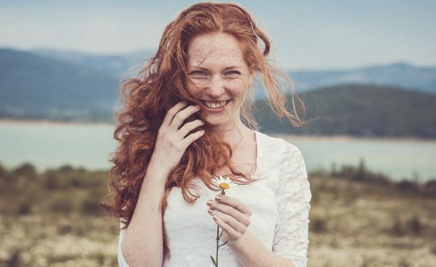 אישה מאושרת בטבע (צילום: אימג'בנק / Thinkstock)
