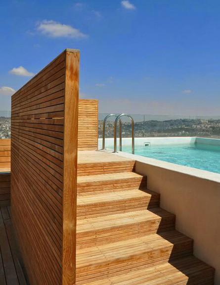 בריכות גג 09, המדרגות מסתירות את מערכות הבריכה
