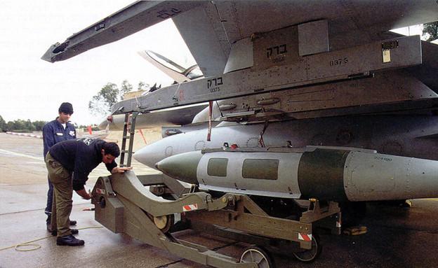 פצצה גדולה על מטוס F16 (צילום: אתר חיל האוויר)