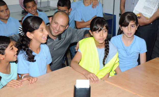 תרגלו פינוי: בנט עם תלמידי בטמרה (צילום: נחום סגל)