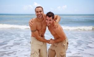 זוג גברים מחובק בים - חברות בין גברים (צילום: istockphoto)