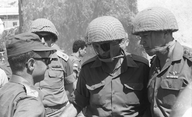 """רבין ודיין במלחמה (צילום: ארכיון צה""""ל במשרד הביטחון)"""