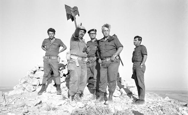 """האלוף אריאל שרון בחזית הדרום (צילום: ארכיון צה""""ל במשרד הביטחון)"""