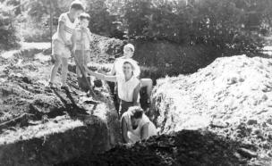 חפרו שוחות כדי לסייע ללוחמים (צילום: אתר נוסטלגיה און ליין)