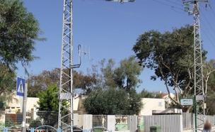 קו מתח גבוה ליד אחד הגנים שנבדקו (צילום: משרד מבקר המדינה)