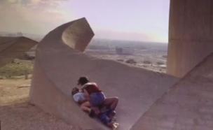 """סצנת מין באנדרטת חטיבת הנגב (צילום: מתוך הסדרה """"זגורי אימפריה"""")"""