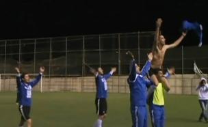 צפו: מהעבודה בהתנחלות למגרש הכדורגל (צילום: חדשות 2)
