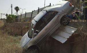 המכונית שהידרדרה, היום (צילום: דוברות כבאות תל אביב)
