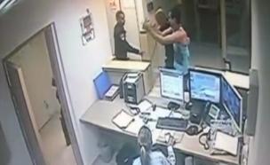 תיעוד: קצין משטרה תוקף בלי סיבה (צילום: מצלמות אבטחה)