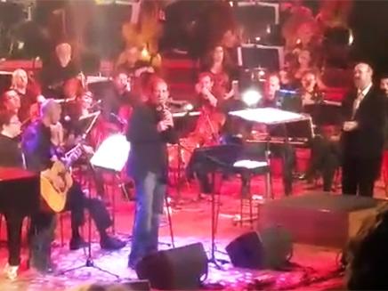 בשן שר באירוע לזכר חיטמן וזכה לתשואות מהקהל