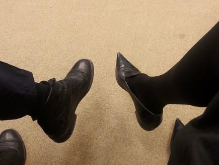 מרב מיכאלי בנעליים שטוחות (צילום: מתוך חי בלילה, שידורי קשת)