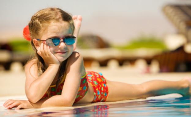 ילדה בבריכה עם משקפי שמש (צילום: istockphoto)