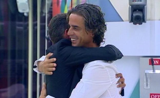 נירו ומושיק מתחבקים ברגע ההכרזה  (צילום: האח הגדול VIP, שידורי קשת)