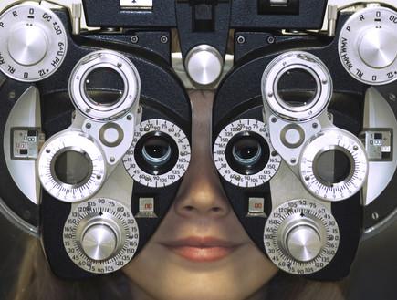 אישה במהלך בדיקת ראיה