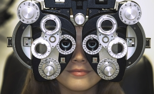 אישה במהלך בדיקת ראיה (אילוסטרציה: FogStock/Jennifer Okamoto, Thinkstock)