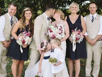 חתן וכלה וילדים מתנשקים (צילום: Leah Bullard Photography)