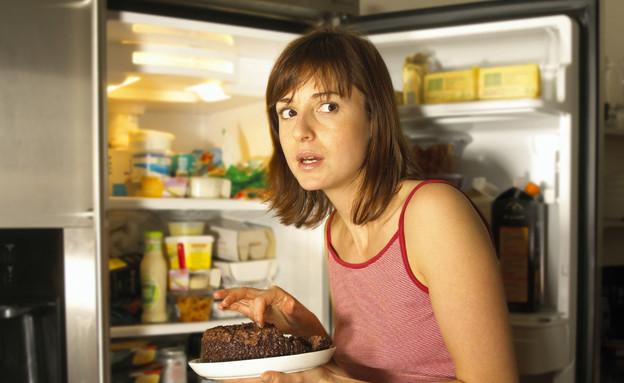 אישה אוכלת מהמקרר (צילום: אימג'בנק / Thinkstock)