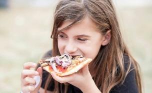 מיכאלה, בתה של טל גלבוע, אוכלת פיצה טבעונית (צילום: רועי שפרניק)