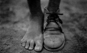 פעיל בריטי: המוסד גנב לי את הנעל (צילום: twitter)